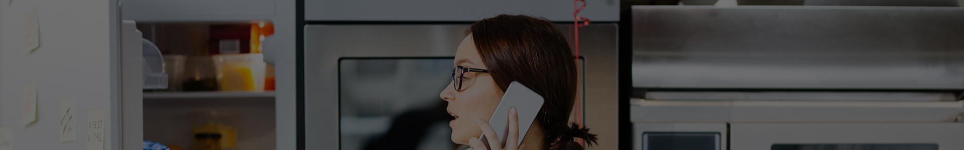 Žena hovorí po telefóne